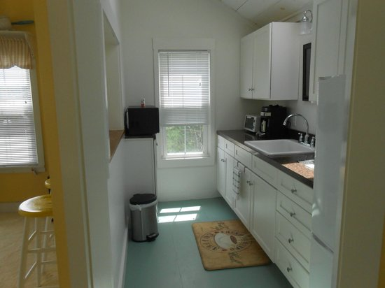 Cranberry Hill Inn : Kitchenette in the Harbor View Suite