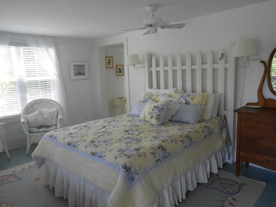 Cranberry Hill Inn : Queen bed in the Garden View Room