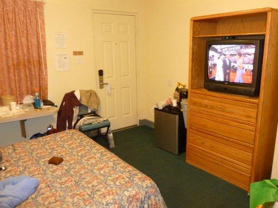 Ferrari's Crown Resort: Queen standard room