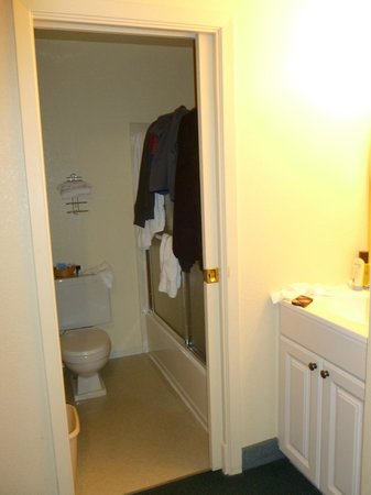 Ferrari's Crown Resort: Bathroom area