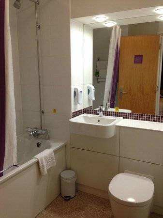 Premier Inn Luton (Airport) Hotel: Clean functional bathroom