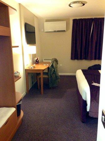 Premier Inn Luton (Airport) Hotel: Spacious Premier Inn room