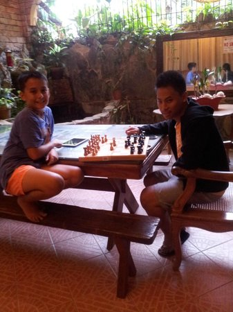 Balai Tinay Guesthouse: Dining table- my boys playing chess