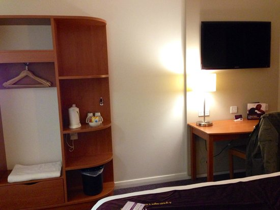 Premier Inn Luton (Airport) Hotel: TV / Amenity Area