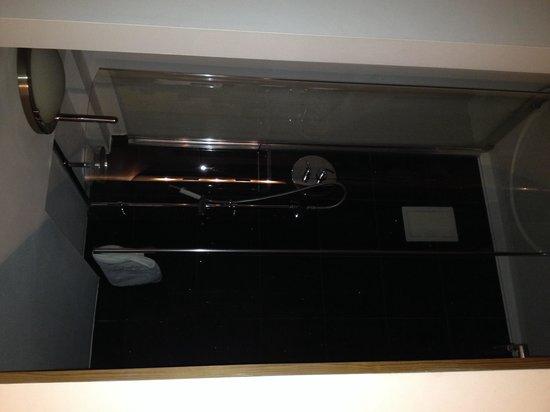 Hotel Una: Downstairs shower in the lounge abit strange