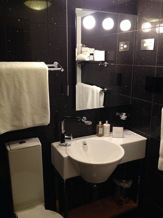 Hotel Una: Lounge bathroom. Only one