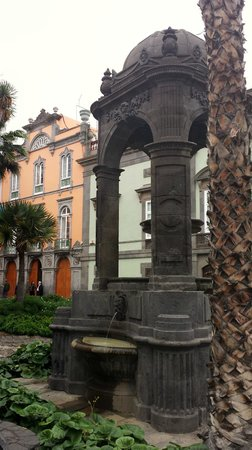 Plaza de Santa Ana: templete al lado plaza sta ana