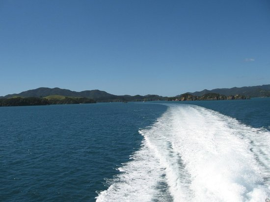 Fullers GreatSights Bay of Islands Day Tours : Speeding away from the main land