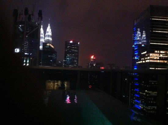 Somerset Ampang Kuala Lumpur : Night swimming with Petronas watching you
