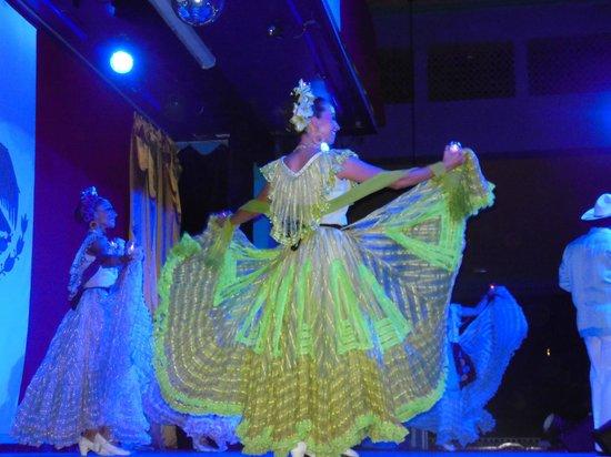 Hotel Riu Playacar: DANZAS MEXICANAS UNO DE LOS ESPECTAULOS EN EL TEATRO LA CUMBIA