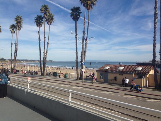 Beach Street Inn and Suites: The beach is just a hop across the street (view from the ocean view deck)