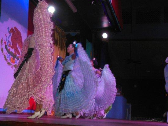 Hotel Riu Playacar: BAILES MEXICANOS EN EL TEATRO LA CUMBIA DENTRO DEL HOTEL