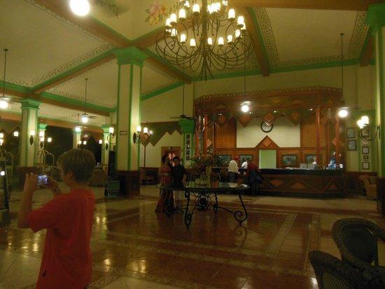 Hotel Riu Playacar: LOBBY ILUMINADO DE NOCHE