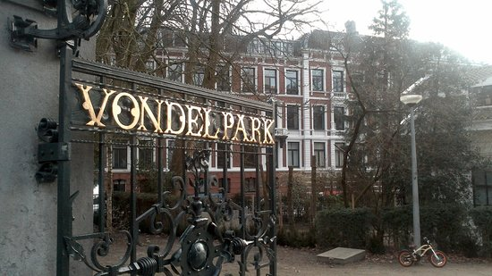 Hotel Vossius Vondelpark: Vondelpark with hotel in background