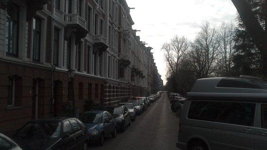 Hotel Vossius Vondelpark: Hotel road, hotel midway down street