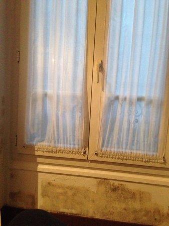 Timhotel Odessa Montparnasse: Janela com parede mofada
