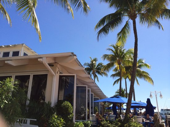 Sailfish Marina Resort : Great spot for lunch outside!