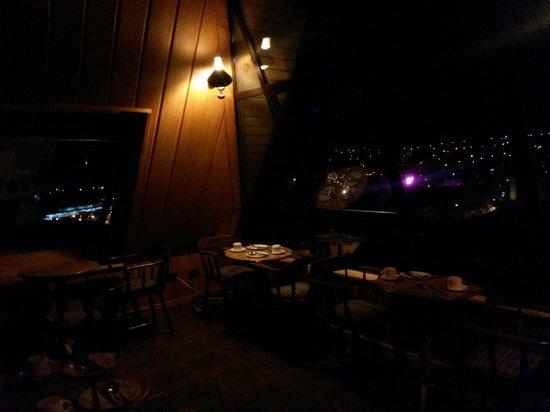 Hotel Antupiren: Vista desde el ultimo piso, en la noche