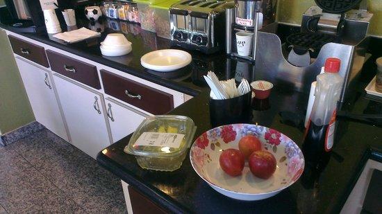 Americas Best Value Inn & Suites - Downtown: Breakfast buffet