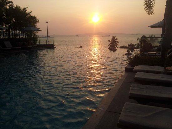 Holiday Inn Pattaya : Vista da piscina no entardecer.