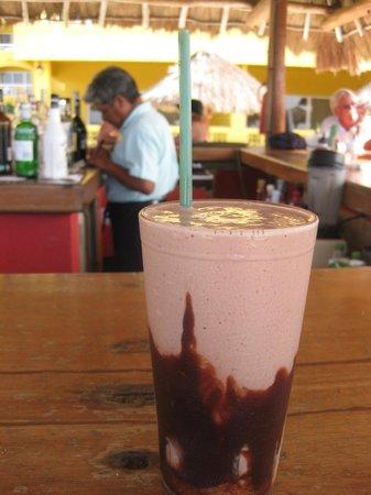 Playa Azul Golf, Scuba, Spa: Felipe and great mudslide (fresh ice cream!(