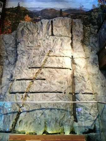 Cripple Creek Heritage and Information Center : Mine replica exhibit