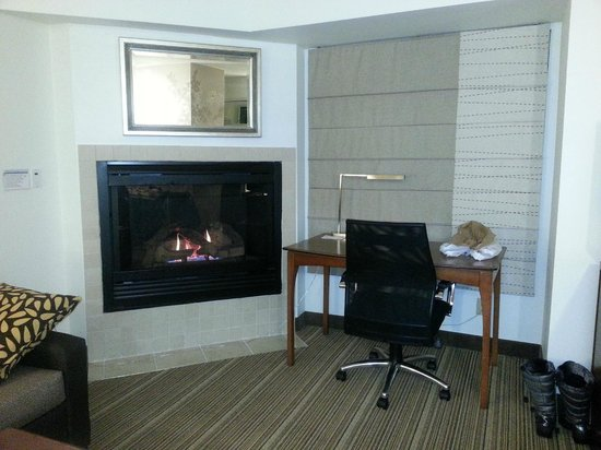 Residence Inn Greenbelt: Wonderful fireplace!