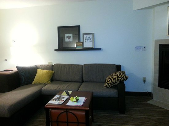 Residence Inn Greenbelt: Couch with pillows.