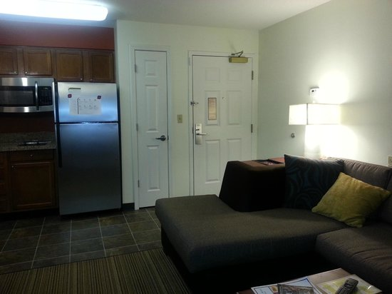 Residence Inn Greenbelt: Entrance to the room, with coat closet.