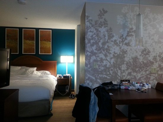 Residence Inn Greenbelt: From the couch into the sleeping area.