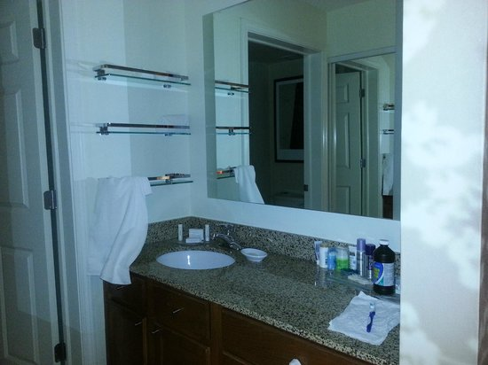 Residence Inn Greenbelt: Separate sink and mirror in bathroom area.