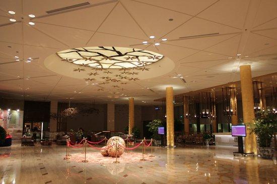 "Holiday Inn Beijing Shijingshan Parkview: the ""grand"" lobby"