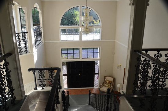 The Pillars Retreat : View from top of stairs to front entrance/foyer