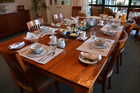 The Pillars Retreat : Breakfast table...family style