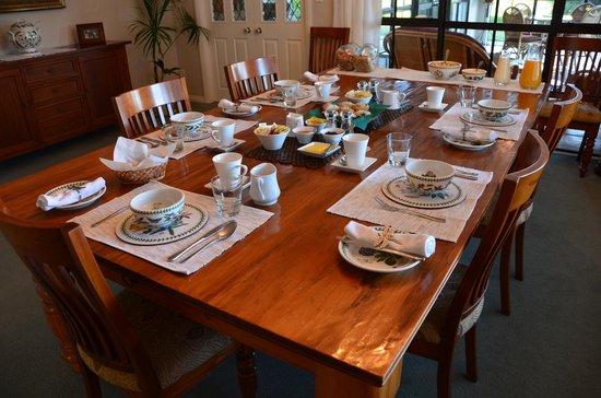 The Pillars Retreat: Breakfast table...family style