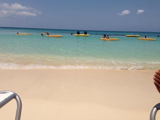 Grand Cayman Marriott Beach Resort: Short distance from room to beach
