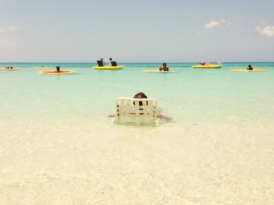 Grand Cayman Marriott Beach Resort: Lounging all day long...