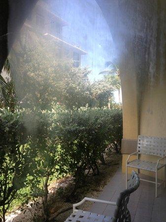 Grand Cayman Marriott Beach Resort: Ground floor: room located on left side of hotel