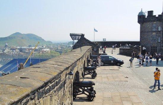 Castillo de Edimburgo: Arthur's Seat in distance
