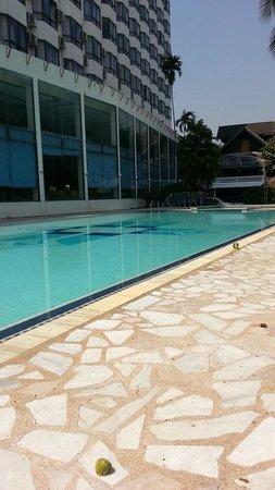 Diamond Riverside Hotel : かなり大きなプール。利用者も少ないので、気楽に使える