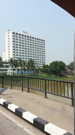 Diamond Riverside Hotel : 遠くから見るとそれなりに立派だが、かなり老朽化している