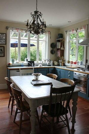 Coombe Farm Bed and Breakfast: dining room for breakfast