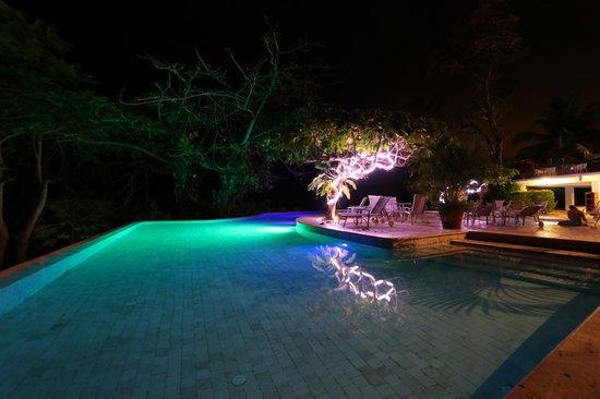 La Mariposa Hotel: Night view of the pool
