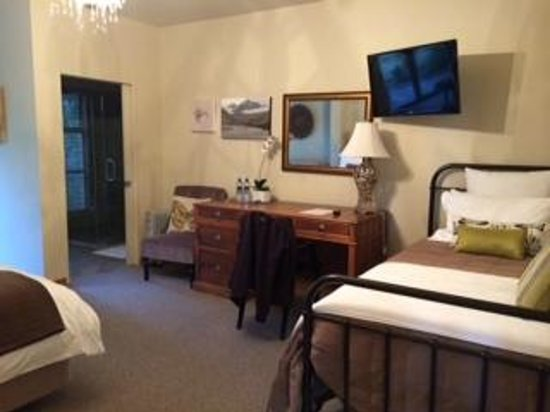 Glendeer Lodge: desk and extra twin bed