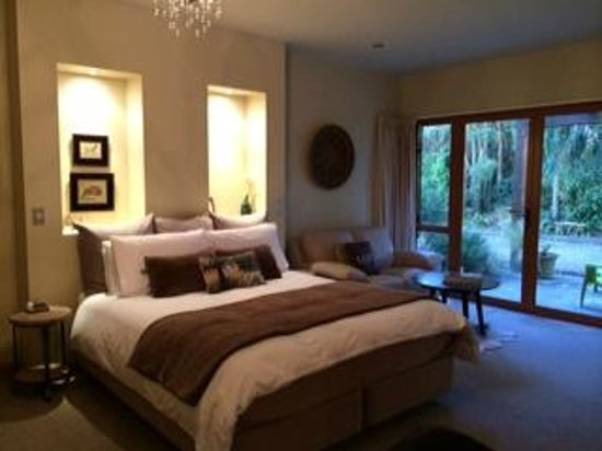 Glendeer Lodge: King bed with sitting area and doors that open to patio