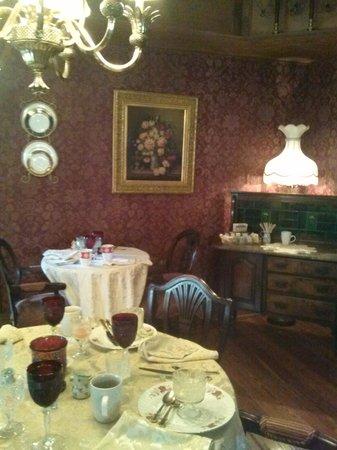 The Cedar House Inn: Beautiful dining room!