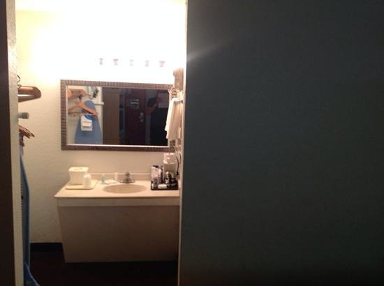 Econo Lodge Airport at Raymond James Stadium: one bathroom in the middle of the room