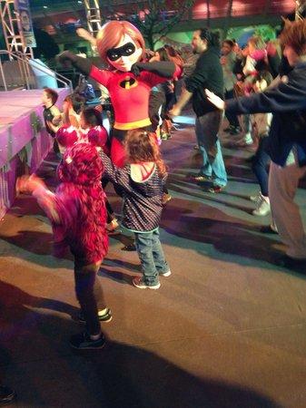 Magic Kingdom : Dancing with Mrs. Incredible!