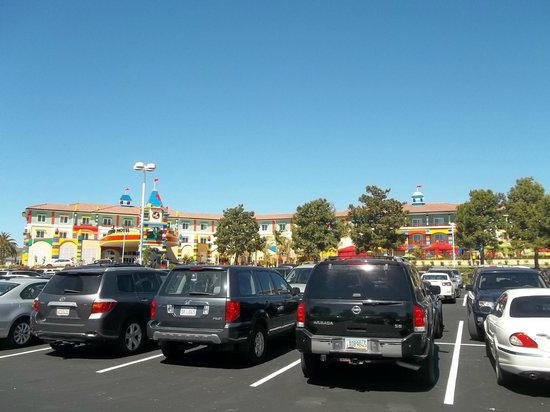 LEGOLAND California Hotel : The view of the hotel from the parking lot.  Not a cloud in the sky!