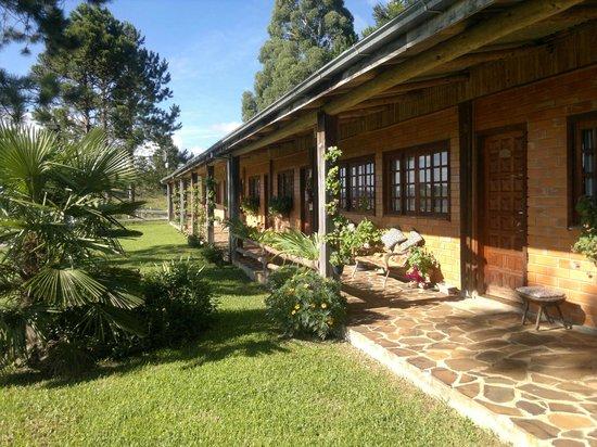 Fazenda Santa Rita Turismo Rural: jardín frente habitaciones